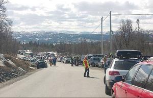 Totalt parkeringskaos utbröt när folk parkerade på bägge sidor vägen och det gick knappt att komma förbi.