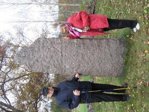 Bureättlingarna Sten Rigedahl och Margareta Grafström vid biskopen och poeten Franz Mikael Franzens minnessten.