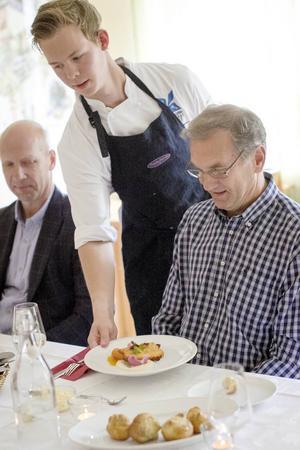 Jonathan Hammar serverar Jonny Engström från Hälsinglands Utbildningsförbund.