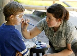 Färg som hjälper. Linus Forsell blir målad som en panda. Ann Eklund håller i penseln och berättar att intäkterna från ansiktsmålningen går till att hjälpa orangutanger.