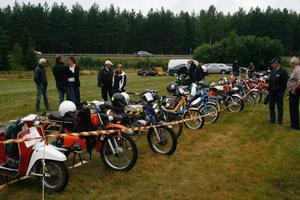 32 mopedister dök upp till det sjätte mopedrallyt.