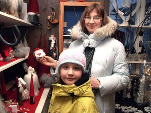 Svetlana Generalova med dottern Arina Tarasova, 8, från Moskva, tog en tur i Åres butiker i går medan resten av familjen åkte snowboard. De trivs bra i Åre.