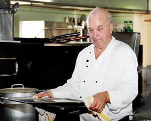 En veteran styr i hotellköket. Första dagens lunch bestod av varmrätten helstekt chilieglacerad fläskkarré med grönpepparsås.
