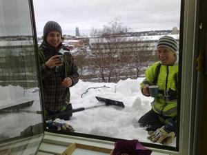 Dessa 2 herrar dök upp på 4:de våningen i fredags, taksnöröjning var deras uppgift. Innan de började så hade vi snö som täckte halva fönstret. En kopp värmande kaffe gjorde nog gott.