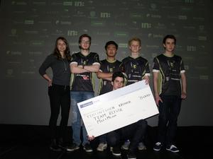 15 000 kronor och fem Plantronics RIG Surround Headsets gick till vinnarna i Team Refuse, här tillsammans med Mittmedias Frida Engström.
