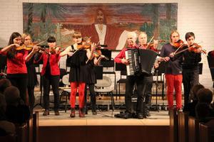 Sagolandet och Kulturkrock heter låtarna som ungdomarna under ledning av Per-Olof Bertilsson, Lasse Bertilsson och Mia Nordholm framförde.