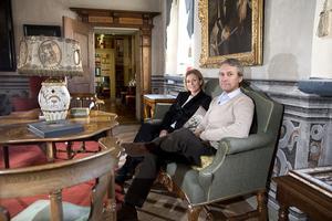 VINTERSALONGEN.  David och Christina von Schinkel visar de privata delarna av slottet. I Vintersalongen firade David von Schinkel sin barndoms jular. I rummet finns flera av Tidös 43 unika intarsiadörrar tillverkade på 1600-talet av snickare i Västerås.