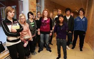 Klass åtta på Ornäs skola är de första högstadieeleverna vid skolan. Så vill de förbli - och inte flyttas till Domnarvet.FOTO: VERONIKA RIGTORP