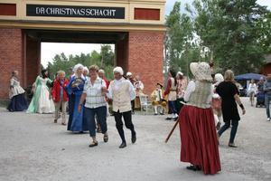 Åtskilliga besökare provade på att dansa 1700-talsdans tillsammans med Salaortens folkdansgille.