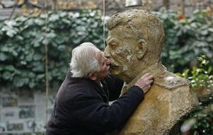 En man kysser en staty av Stalin i Georgiens huvudstad Tiblisi.