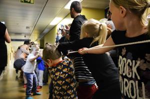 Gladiatorernas muskelpaket räckte inte när de utmanade barnen i en dragkamp.