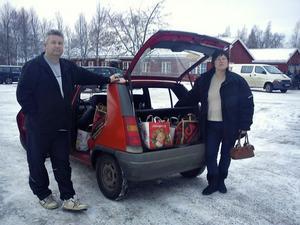 Lars Gren och Maria Eriksson på utdelningsdagen med hela bilen fullpackad med matkassar.