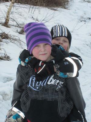 I Runemoskolan hjälper de större barnen de mindre. Det fanns flera exempel på det under denna dag. Kevin Lind får hjälp av Alfred Lindsmyr.