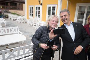 Olsbenningsbon Lotta Gröning och samordning- och energiminister Ibrahim Baylan (S) sprang på varandra utanför Elsa Andersons konditori och passade på att ta en selfie.