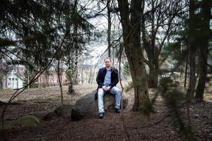 Med stort intresse för människor och funderingar kring långsiktighet och hållbarhet vill Mattias Engström i sin bok visa vad som kan hända genom att dra vår levnadssituation till sin spets.