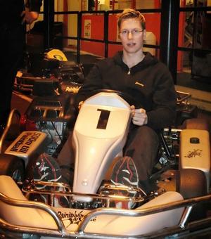 Racingsugen. De senaste 14 åren har Jimmy Jacobsson alltid startat en racingsäsong vid den här tiden. Men inte i år. Ett sponsoravhopp gjorde att Jimmy inte kom till start i Supercupen. I väntan på tävlingar håller han formen i gokarthallen i Vikmanshyttan.