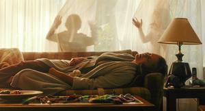 Marlo (Charlize Theron) har svårt att orka med livet som nybliven trebarnsmamma, i dramat