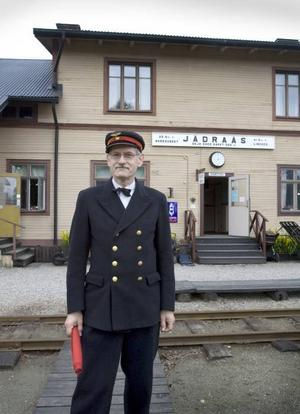 i uniform. Björn Olsson, trafikchef, Järnvägsmueet, Jädraås.