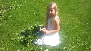 Michelle Carlsson Härd plockar blommor för sin midsommarkrans. Underbar midsommarbild.