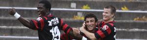 Måljubel. Ibrahim Tetteh Bangura jublar ikapp med Yasser Moradian och Mikael Gustafsson. Tetteh gjorde fyra mål och Yasser ett i 6-2-matchen mot Strömsberg.