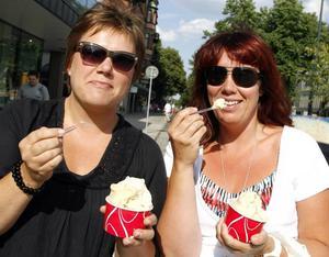 Väninnorna Catarina Torgé och Jessica Rudd svalkar sig med varsin glass. De har mött upp efter jobbet för en gemensam middag på uteservering med god mat och gott samtal.