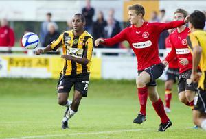 Kalle Ljungberg i dåvarande division 2-laget VIK Fotboll mot Gamla Upsala 2011.