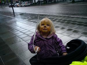 Min fru tog en fin bild med sin mobiltelefon på vår dotter Lowa, 2 år, som trots regn och rusk ändå var rätt nöjd med sin tigermålning och sin ballong på Västerås Barnfestival.