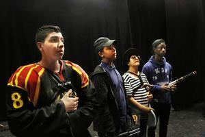 Anas Alnajjar, Jacob Malire, Hakar Salih och MIchael Amara i föreställningens slutscen.
