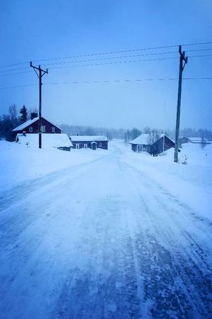 Söder om Tännäs alldeles bortanför Ränningsvallen ligger Högvålen. I sin glans dagar bodde här 140 personer, i dag står en del hus tomma och här bor 13 personer.