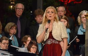 Sofia Källgren tog Stora Skedvi kyrkokör till hjälp i framförandet av Albinonis Adagio.