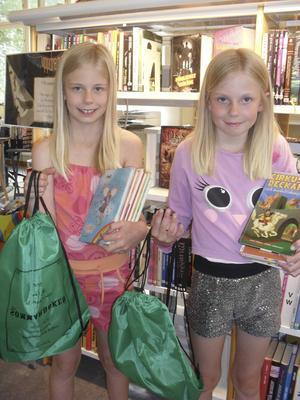 Elsa och Alice Berglund har fyllt på sin sommarläsning.