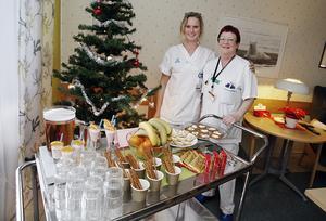 Carin Lindahl (chefssjuksköterska) och Anette Metsävainio (undersköterska) lägger ned själ och hjärta i att planera och servera maten så att patienterna ska få ett lyft i sin sjukhusvardag. Foto: Mats Andersson