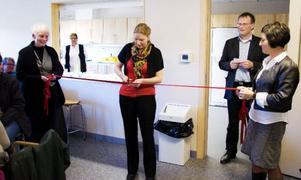 Malin Svelander fick äran att klippa det traditionella bandet och därmed inviga Bergsgården, före detta Sjukhemmet.