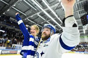 Jonas Frögren firar – i söndags tackade hela föreningen honom för hans tid i Leksands IF.