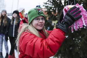 Malin Sjöström, 11 år, hänger upp en smällkaramell.