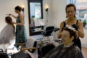 Maj-Britt Mattsson har inga planer på att utöka salongen, men hon säger att de i framtiden kan tänka sig att utbilda andra ekofrisörer. Här behandlar hon Ann-Marie Erikssons hår. Längre bort kammar Beatrice Himmerlid igenom Hanna Vestalas hår.