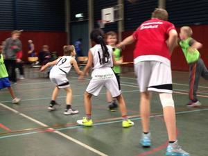 Helgens omgång av Easy Basket i Ragunda hade lockat många barn och ungdomar.Foto: Privat
