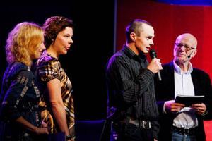 Helena Engberg och Åsa Bergström Shanine delade ut priset till Årets Unga Företagare, Martin Helmersson, Föllinge såg, som här förmedlar sin glädje åt utmärkelsen. Gert Fylking ställer frågorna. Foto: Gunnar Grimsdal