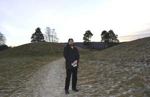 Här bodde människor som tillbad de gamla gudarna. Maths Bertell i Högomsmannens rike i Granlo i Sundsvall.