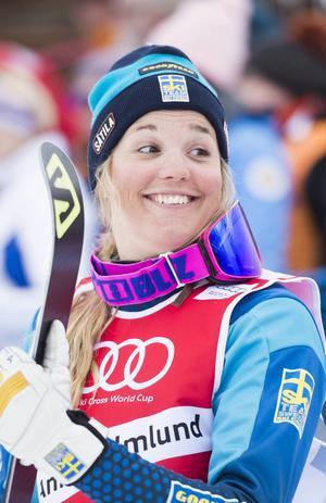 Anna Holmlund vann världscupen och nu vill hon säkra framtida framgångar i skicrossvärlden. I april bjuder hon in 15 tjejer till läger i Åre och Duved.