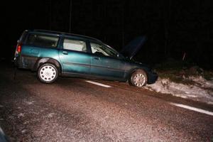 Halka. Halt väglag låg bakom trafikolyckan vid Brunberget på väg 509 i Hedesunda. Alla inblandade klarade sig utan fysiska skador. När en ambulans ryckte ut hamnade den också i diket.