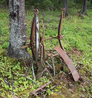 En kvarlämnad hästvagn efter ett troligt haveri efter en körväg i skogen. Vagnen har stått lutad mot ett träd så länge jag kan minnas. Ett möjligt minne efter prästbönderna på 50-talet.