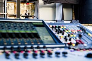 Den professionella inramningen, med ordentligt ljud och en riktig scen, är en viktig del av kvällarna för arrangörerna.