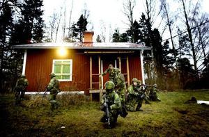 MÅLET NÅTT. Hemvärnssoldaterna skyddade den viktiga personen fram till målet, den så kallade radiostugan på Kungsbäcks övningsfält.
