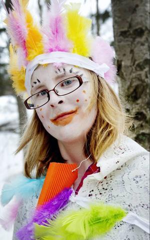 Maria Nordin spelar en av hönorna som har rymt från bondgården.