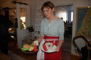Lena Emanuelsson serverade i Gamla skolans café.
