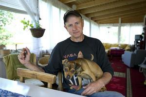 Per Persson berättar att han skrivit alla sina skivor, utom den första, under sommarmånaderna. Han vill kunna sitta ute och