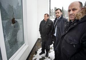 Ablahad Aho till vänster, Assyriska riksförbundets ordförande Afram Yakoub och Sabri Oyal är besvikna över att polisutredningen lagts ner.