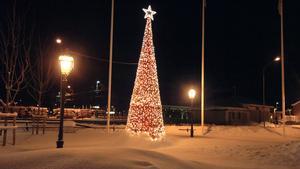 Granen lyser fortfarande på Tingshustorget.