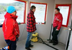 Fr. v. Stefan Nyberg, Torgny Svensson och Per Racas konstaterar att det nya personalrummet för liftskötarna blir rymligt och bra.